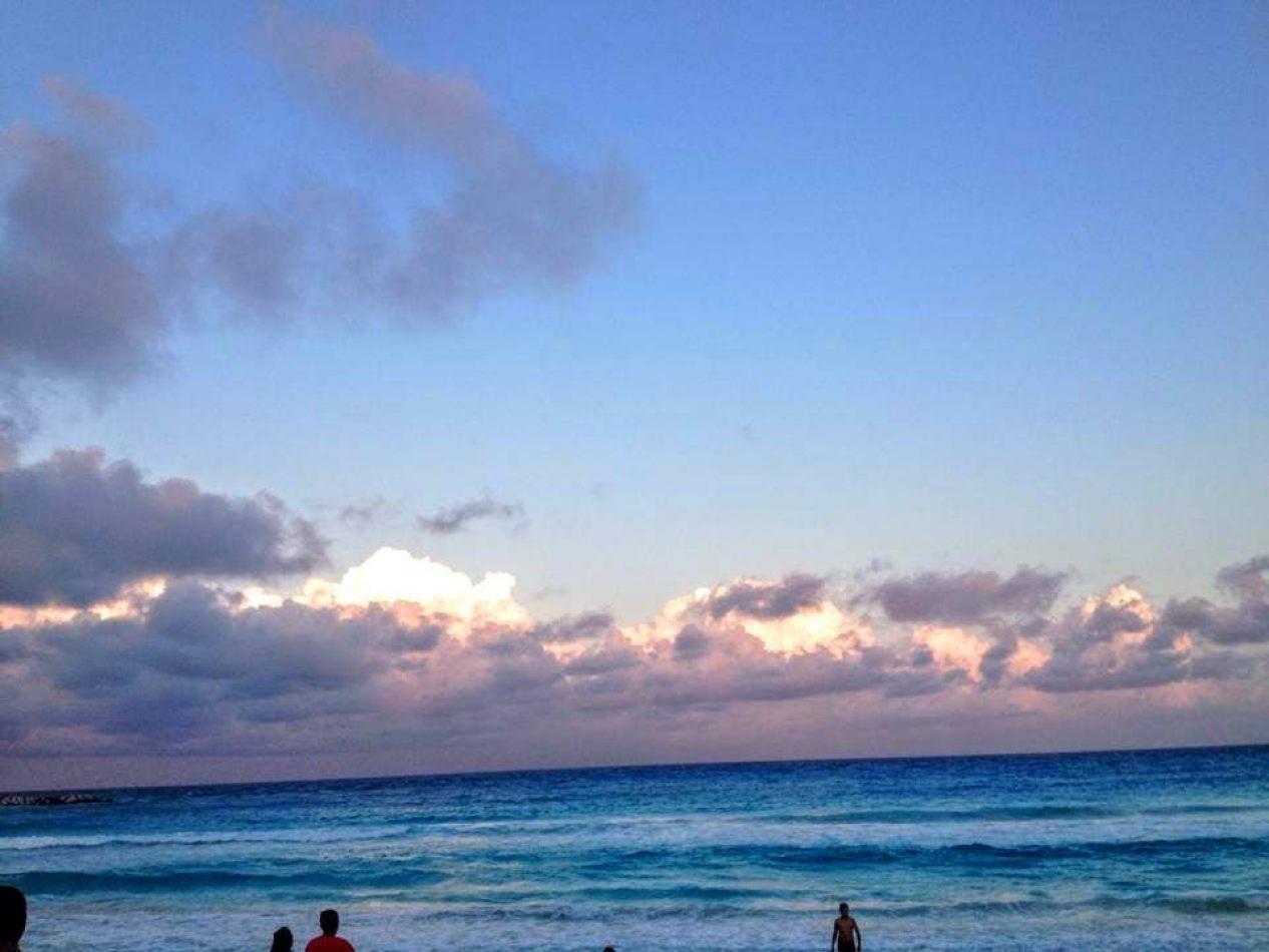 Hibiscus & Nomada : - - Playa Marlin