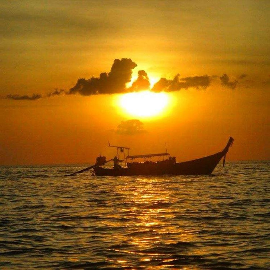 Hibiscus & Nomada : - - Maya Bay Sunset