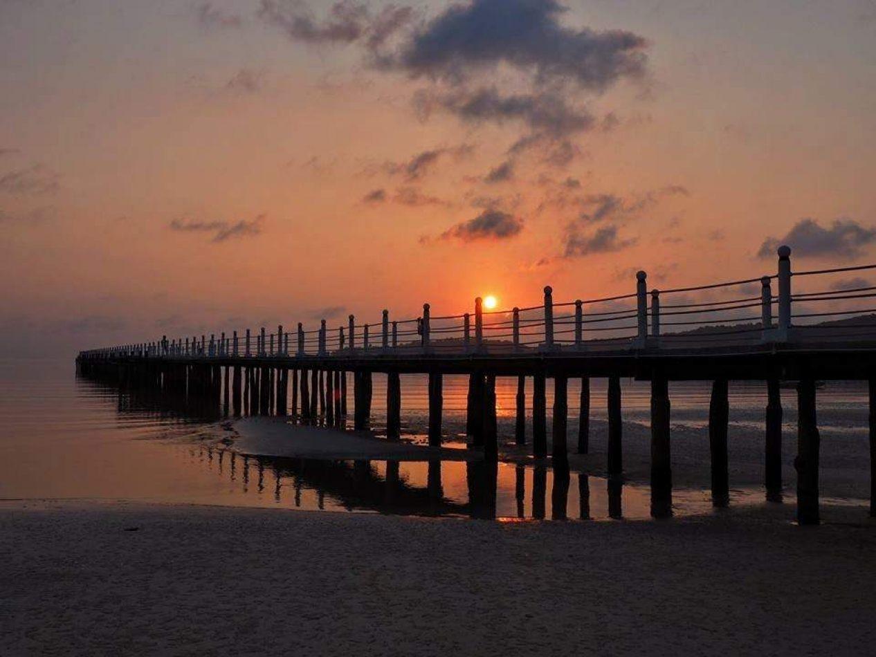 Hibiscus & Nomada : - - Koh Rong Sunset