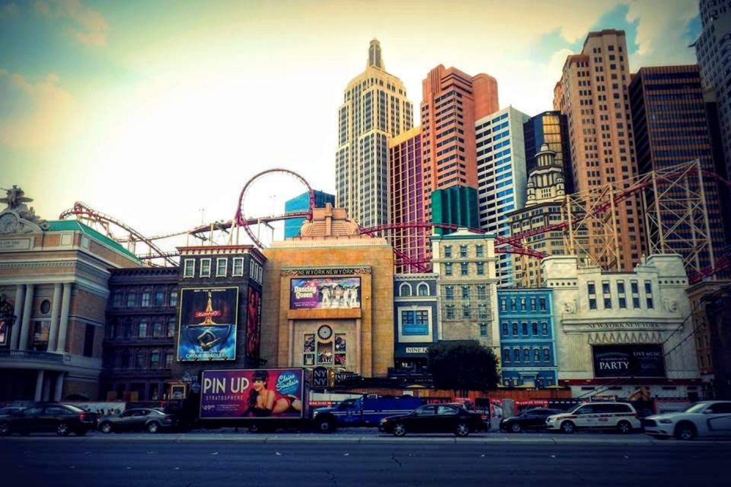 Hibiscus & Nomada : - - Las Vegas