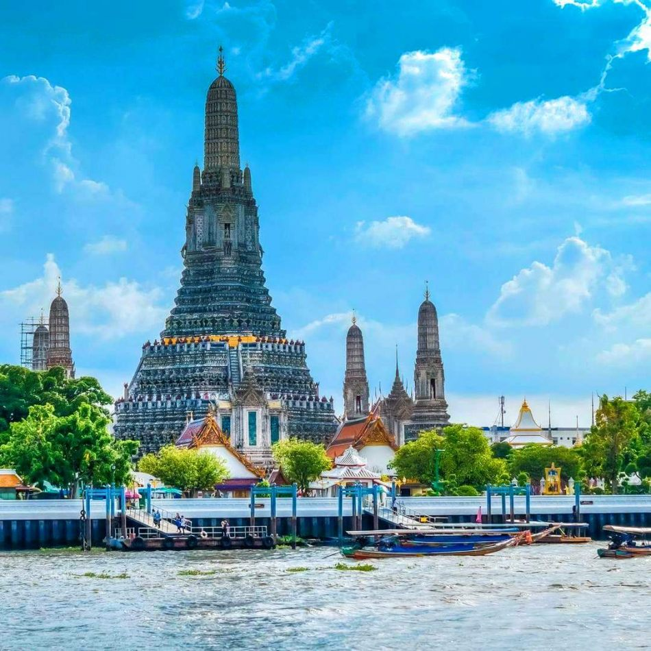 Hibiscus & Nomada : - - Wat Arun Temple
