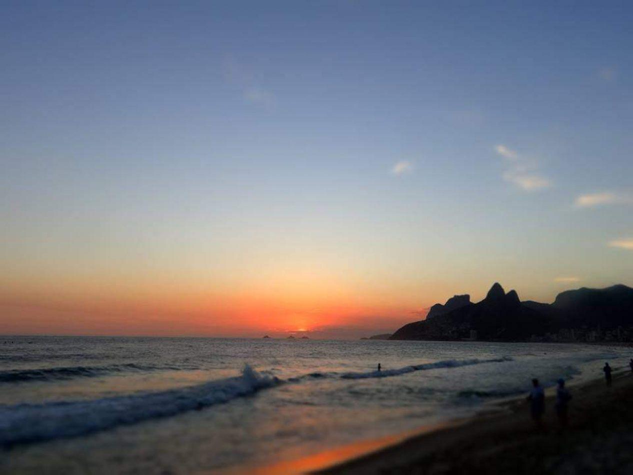 Hibiscus & Nomada : - - Sunrise Ipanema Beach